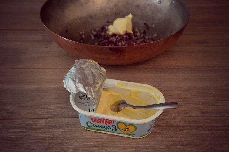 Tritate la cipolla molto finemente, e cuocetela circa 10 minuti in una padella con valle' e un fondo d'acqua per stufare.