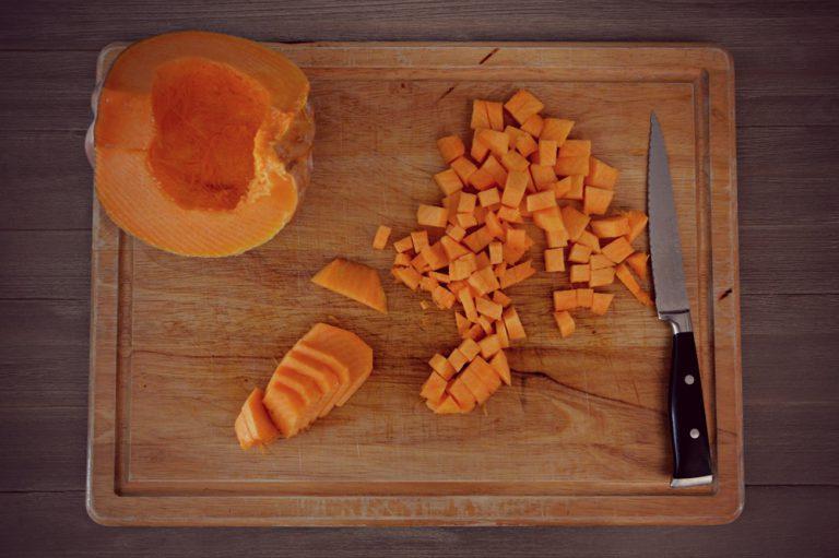 Unite la zucca tagliata a dadini e cuocete per 5 minuti.