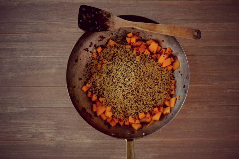 Unite la quinoa e il bulgur, aggiungete acqua bollente tanta quanta ve ne servirà per portare a cottura, regolatevi come se steste facendo un risotto, vi occorrono circa 10 minuti. Salate, pepate e, se vi piace, spolverate con un cucchiaino di curcuma in polvere.  Fate riposare qualche minuto prima di servire.