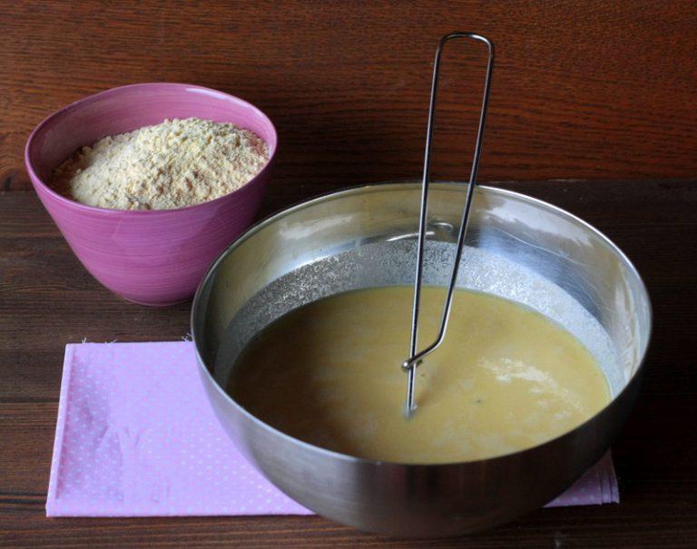 Mettete l'acqua in una ciotola insieme al cucchiaio di olio ed il sale, aggiungete a pioggia la farina di ceci, continuando a mescolare con la frusta. Lasciare riposare almeno un'ora e successivamente schiumare.