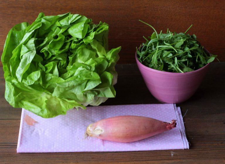 Aggiungere l'insalata e la rucola sminuzzata. Cuocete per qualche minuto facendolo appassire. Frullate con lo yogurt ed un pizzico di sale.