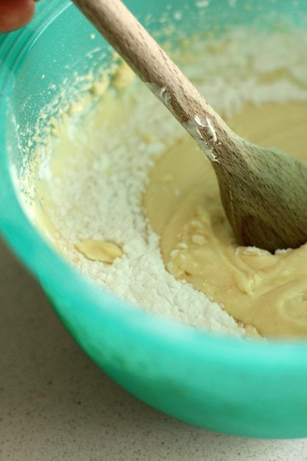 Mescolare tutti gli ingredienti solidi (farina, vanillina, zucchero, lievito) e poi aggiungere le uova,  il latte,  Vallé ammorbidita e lavorare l'impasto
