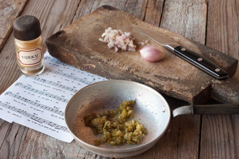 Scaldare un cucchiaio di olio di extravergine di oliva in una padella, fare un leggero soffritto con lo scalogno e aggiungete una punta di cucchiaino di curry e una macinata di pepe.