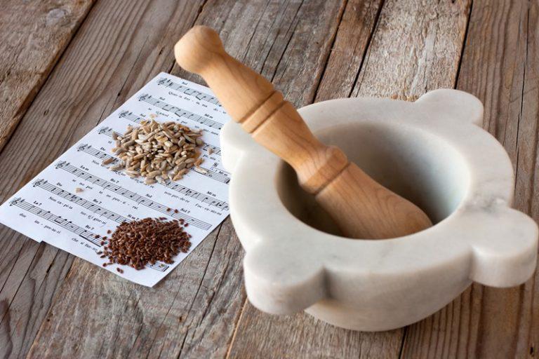Togliete la pentola dal fuoco mentre in un mortaio pestate i semi di girasole e di lino.