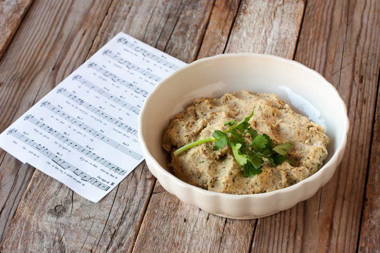 Versate in una grande ciotola ed aggiungete l'uovo già sbattuto, il pangrattato, la ricotta ed il parmigiano. Mescolate con le mani, aggiustate di sale e pepe