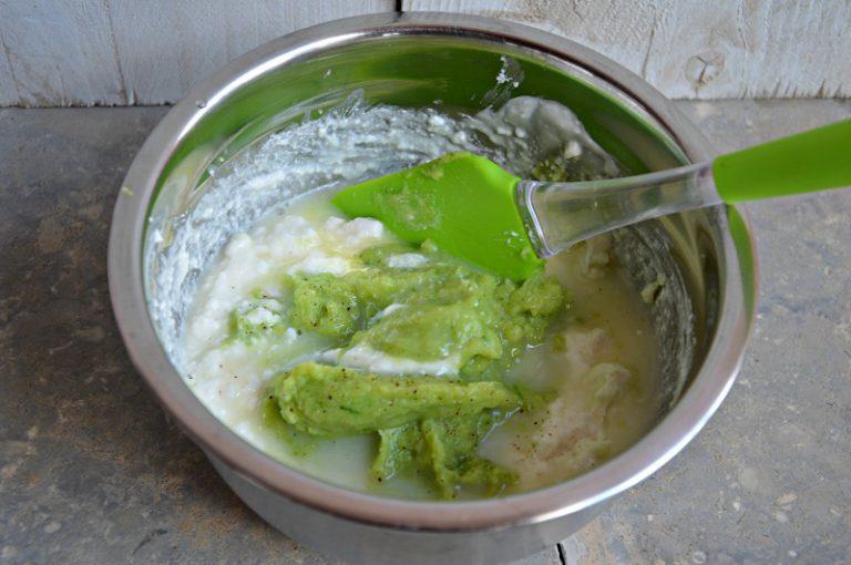 Mescolate per amalgamare. Sciogliete la gelatina nel latte rimasto, su fuoco dolce, aggiungetela al composto di ricotta.