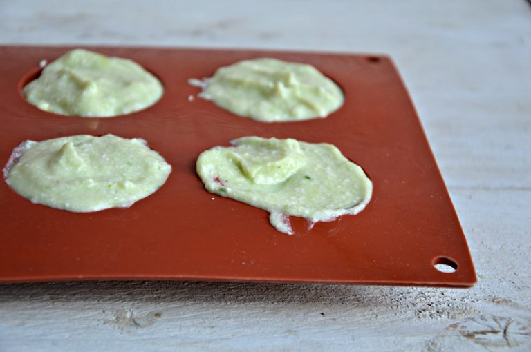 Versate il composto, dentro piccoli stampi in silicone, livellatelo e ponetelo in frigo per un paio d'ore a rassodare.