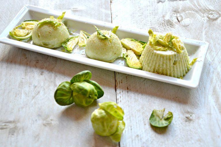 Sformate la mousse su un piatto da portata decorato con i cavoletti affettati finemente, spolverate con  una grattugiata di noce moscata e servite