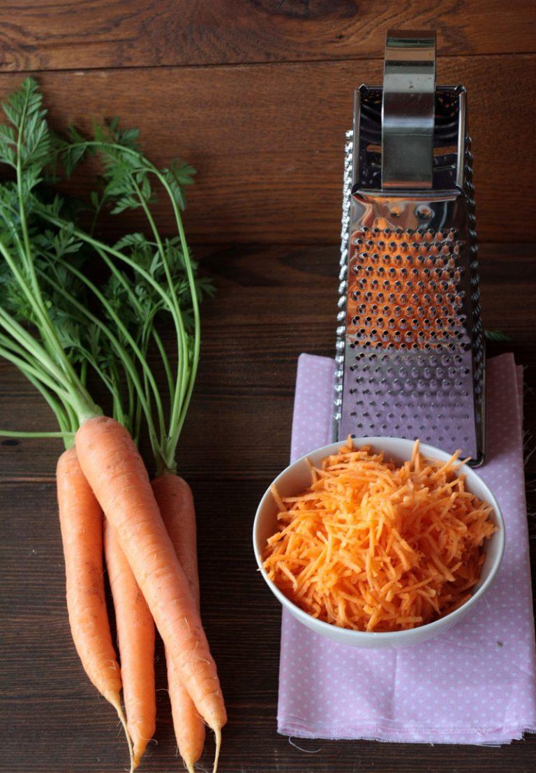 Pelate e grattugiate le carote finemente