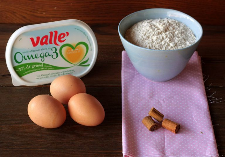 Sbattete la margarina morbida con lo zucchero, aggiungete le uova continuando a sbattere, la farina e il lievito, la cannella e lo zenzero.