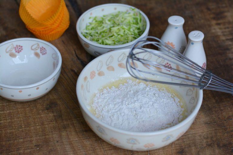 Sbattere l'uovo e aggiungere le farine e il lievito