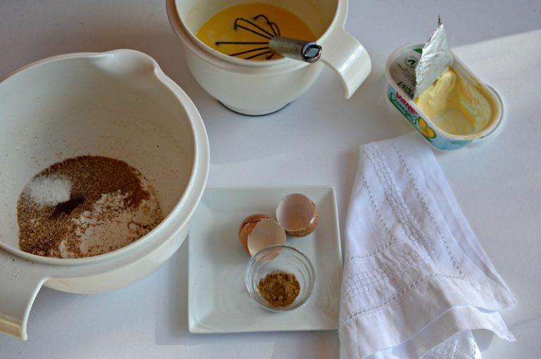 Sciogliete la margarina su fuoco dolce e fate raffreddare. In un altro contenitore sbattete le uova , aggiungete il latte e la margarina, sempre sbattendo con una frusta a fili manuale
