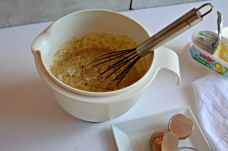 Unite gli ingredienti fluidi con i secchi sbattendo poco per amalgamare appena i composti