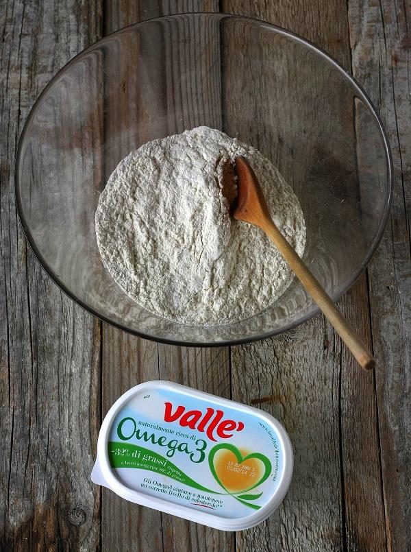 In una ciotola capiente unite le farine setacciate con la bustina di lievito ed il pizzico di sale.