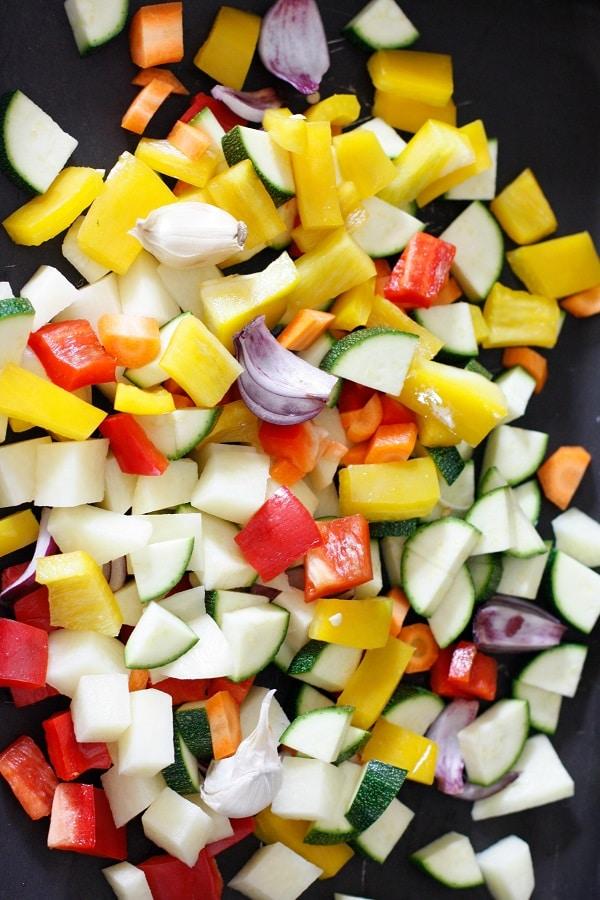 Tagliare le verdure e la patata a cubetti.