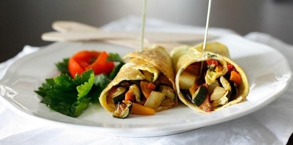 Omelette al basilico con ratatouille di verdure e noci