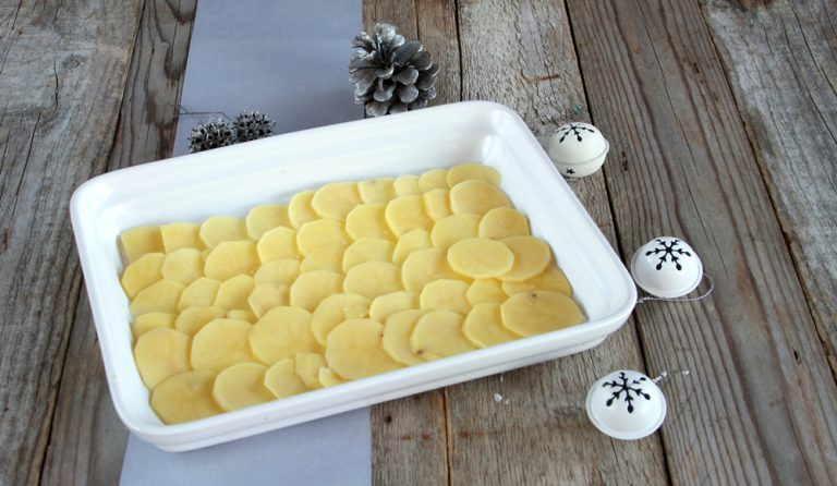 Filetto di orata con patate al forno: poggiare le fettine di patate su una teglia da forno