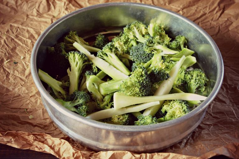 Lavate e riducete il broccolo in piccole cimette