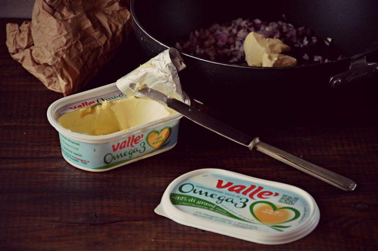 ponetela dentro un wok e cuocete con la valle' e un pizzico di sale.