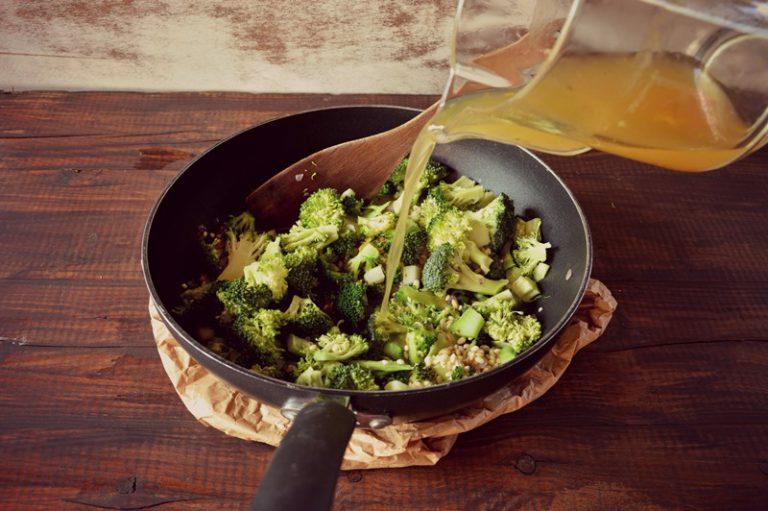 Aggiungete le cimette di broccolo e fate insaporire