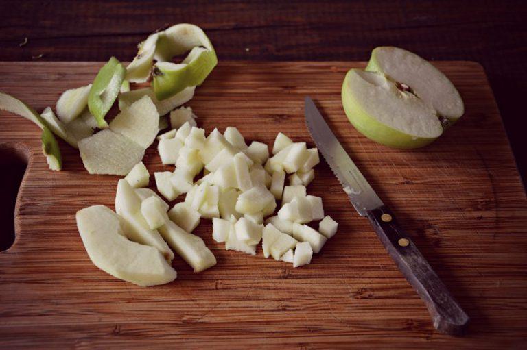 Tagliate la mela a dadini e aggiungetela 10 minuti prima della fine della cottura
