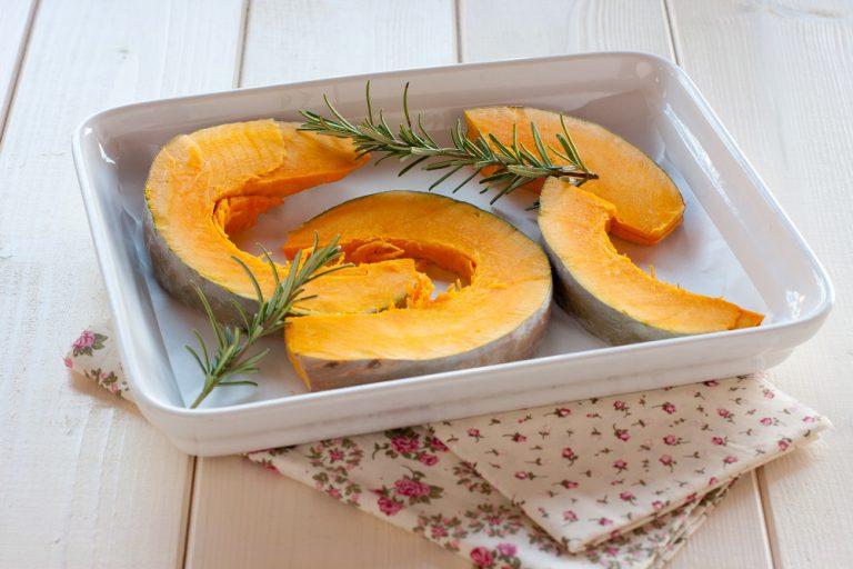 Tagliate la zucca a fette, conditela con due cucchiai di olio e qualche rametto di rosmarino e mettetela nel forno a 190° per 25 minuti circa, fino a che comincia a scurirsi ai bordi.