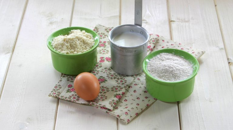 In una ciotola mescolate tutti gli ingredienti secchi: le farine con lo zucchero, il lievito, il sale e il bicarbonato.  In un'altra ciotola mettere i liquidi: sbattete l'uomo con il latte e l'olio extravergine di oliva.  Quindi unite gli ingredienti liquidi a quelli secchi, mescolando con vigore, ma senza lavorare troppo.