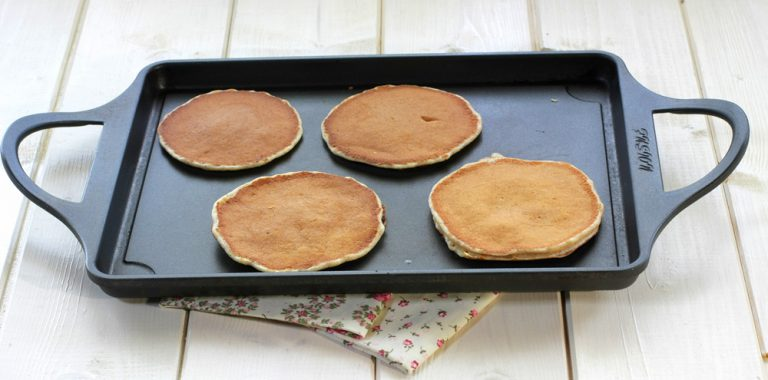 Scaldate una pentola antiaderente, prendere il composto con l'aiuto di un mestolo e formate il pancakes.