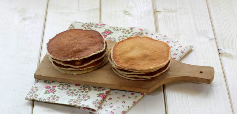 Lasciare cuocere un paio di minuti fino a quando vedrete formarsi delle bolle superficie: a quel punto girare e proseguire la cottura anche sull'altro lato prima di toglierle e disporlo su un piatto.  Proseguire nello stesso modo anche con gli altri pancakes.