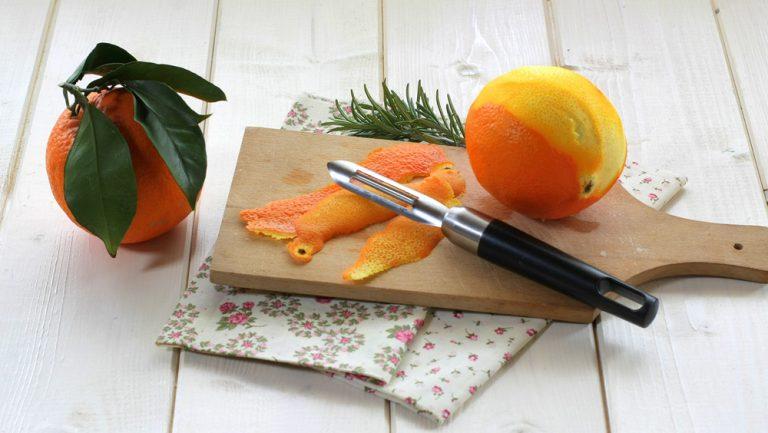 Per la marmellata: sbucciate e pelate le arance a vivo; dalla scorza ricavate delle scorzette fini pulendo la parte bianca. Aiutatevi volendo con un pelapatate.