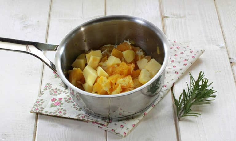 In una pentola mettete la frutta ed aggiungete lo zucchero con qualche ago di rosmarino.  Portate tutto a bollore con il succo di arancia e fate cuocere a fuoco dolce  per circa mezz'ora