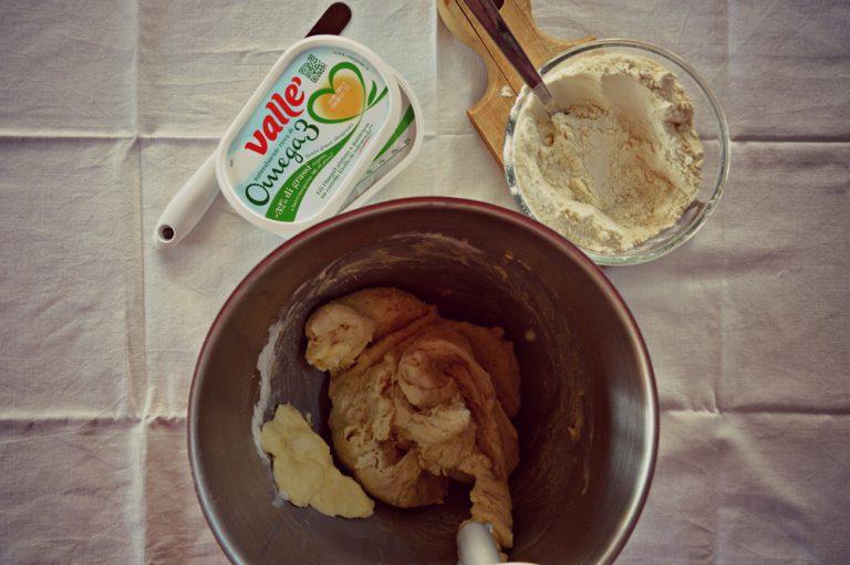 Mescolate la farina di Kamut con quella di riso  Ponete metà di questa nella planetaria con il lievito sciolto in metà acqua, azionate la planetaria al minimo, oppure impastate a mano per inglobare gli ingredienti.