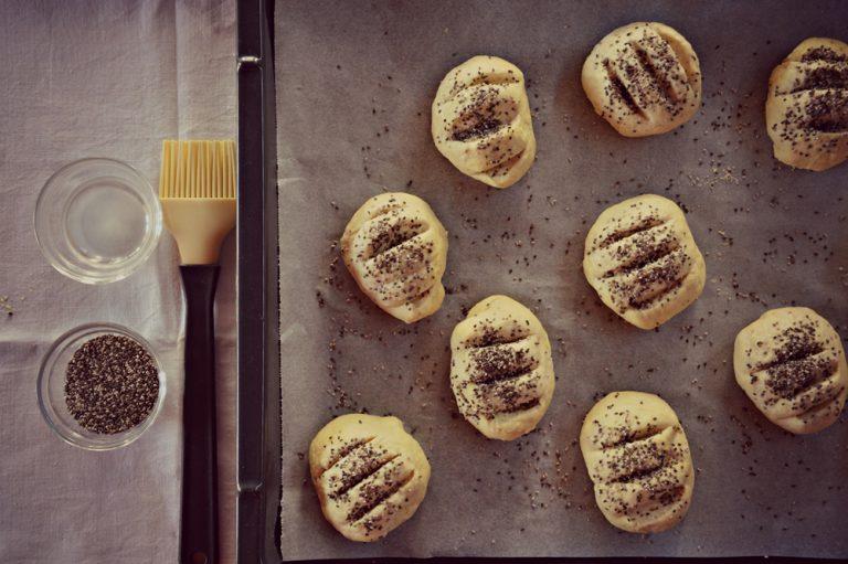 Infornate per 25-30 minuti, in forno caldo a 200°C, per la cottura basatevi sulla conoscenza del vostro forno, quando i panini saranno dorati in superficie e, battendo le nocche sul fondo sentirete un suono sordo, allora saranno cotti.