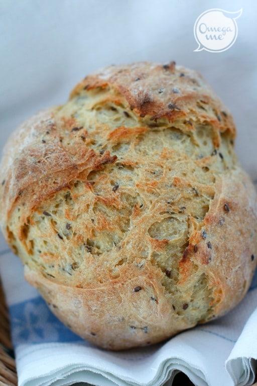 Cuocere in forno già preriscaldato a 210° fino a quando, battendo con un cucchiaio in tutto il perimetro del pane si sente un rumore secco (circa 40 minuti).