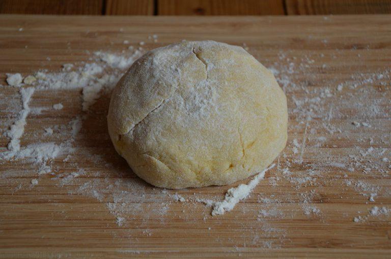 Impastate gli ingredienti per la frolla, avvolgete il panetto ottenuto nella pellicola e ponete in frigo a raffreddare per mezz'ora