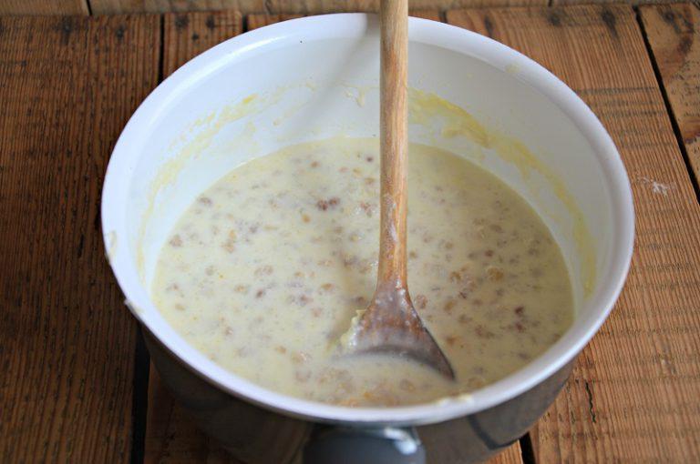 Fate bollire, in un tegame, il grano con il latte e la margarina per 10 minuti a fuoco leggero, spegnete e fate raffreddare