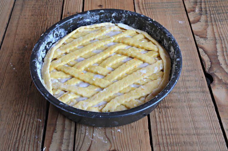 Riempite la frolla con il composto di grano e ricotta, decorate con una grata di frolla, mettete in forno per circa 30 minuti. Fate raffreddare il dolce nella teglia, completamente prima di sformarlo su un piatto da portata, poi decorate con lo zucchero a velo.