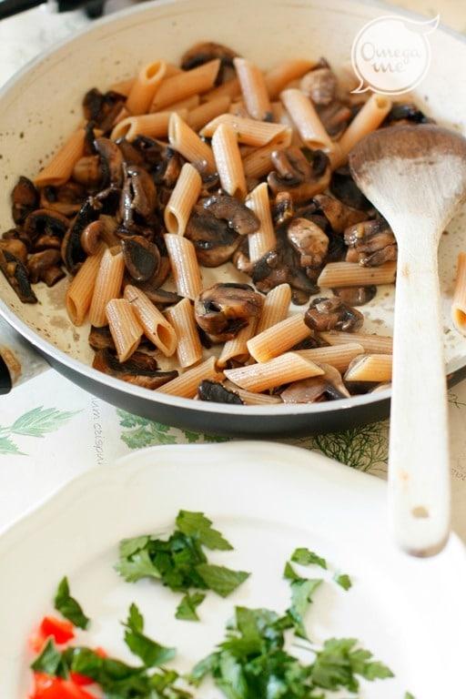 Cuocere la pasta al dente, scolarla e saltarla in padella con i funghi, i pomodorini e le erbe. Servire con il cacioricotta grattugiato grossolanamente.
