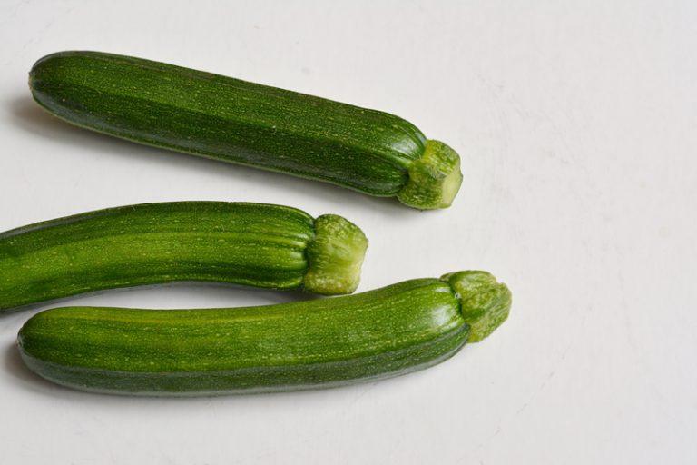 lavare accuratamente le zucchine ed asciugarle