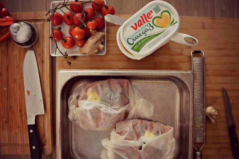 Infornate in forno caldo a 180°C per 15 minuti  Sfornate e servite subito il cartoccio sul piatto da portata