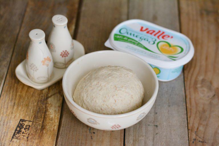 impastare gli ingredienti per la piadina e lasciar riposare per almeno 30min.