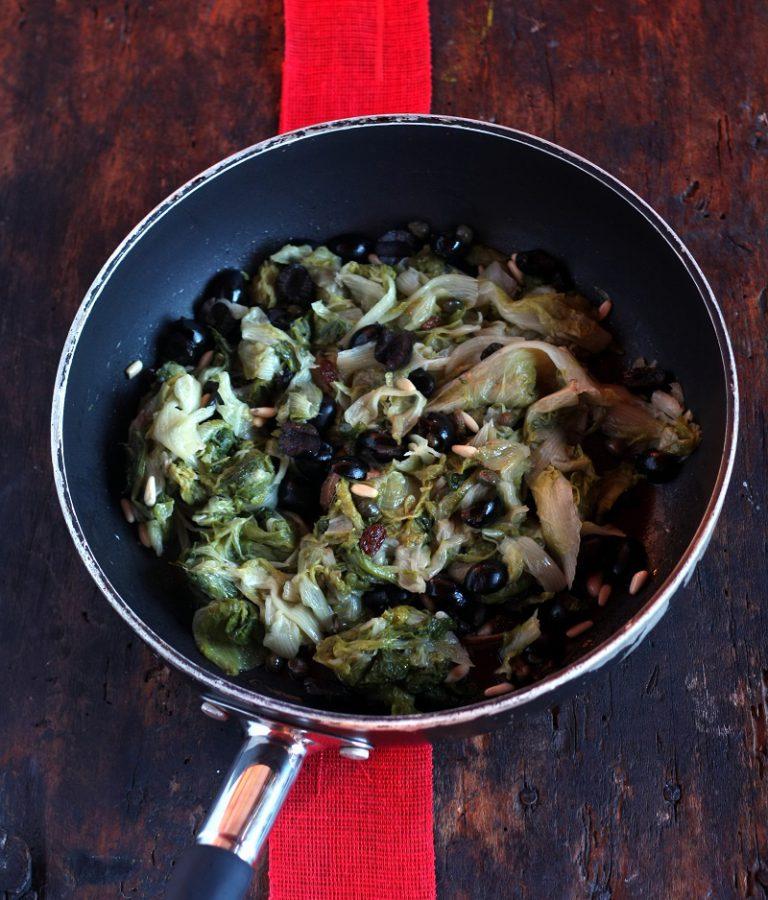 Tagliate grossolanamente la scarola e saltatela con gli altri ingredienti per qualche minuto.
