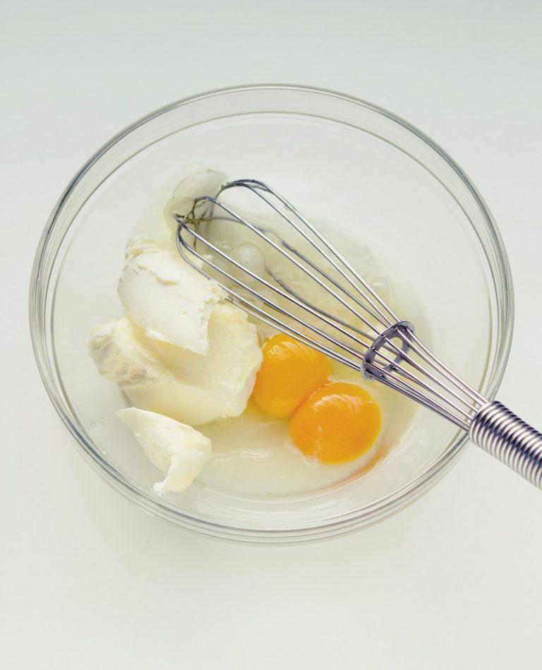 Unire anche lo yogurt e infine la farina setacciata con il cremor e il bicarbonato; se non si dispone di questi ingredienti è possibile sostituirli con 4 g di lievito per dolci non vanigliato. Mescolare bene affinché il composto risulti liscio e omogeneo. Ungere e infarinare uno stampo da plumcake e versarvi il composto. Far cuocere in forno preriscaldato a 180° per 40 minuti (fare la prova con lo stuzzicadenti per verificare la cottura: se inserendo lo stuzzicadenti al centro del dolce questo esce asciutto, la torta è pronta).