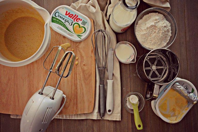 Sbattete le uova con lo zucchero e valle' fino a quando diventano chiare e spumose, circa 5 minuti;