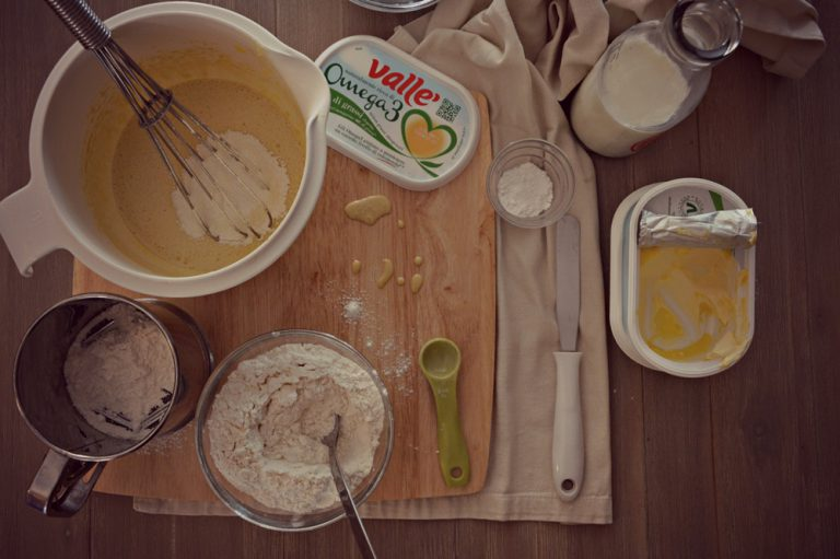 Incorporate il latte e poi la farina setacciata con il lievito poi il sale e mescolante con una spatola.