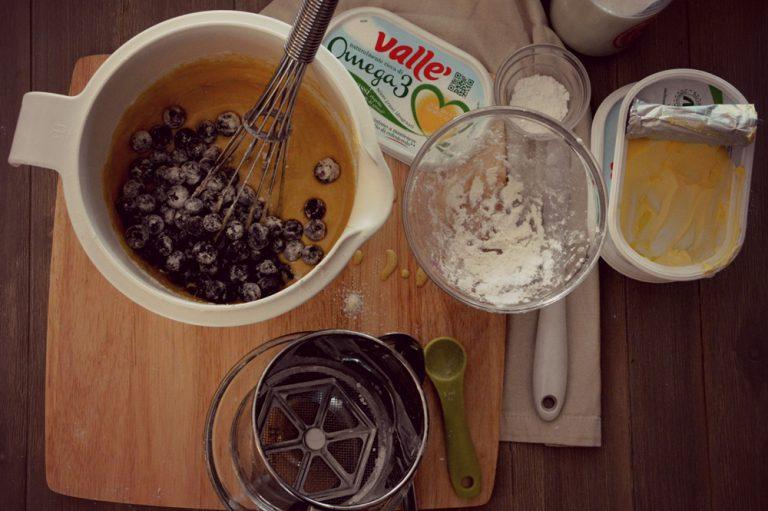 Passate i mirtilli nella farina e poi buttateli nell'impasto