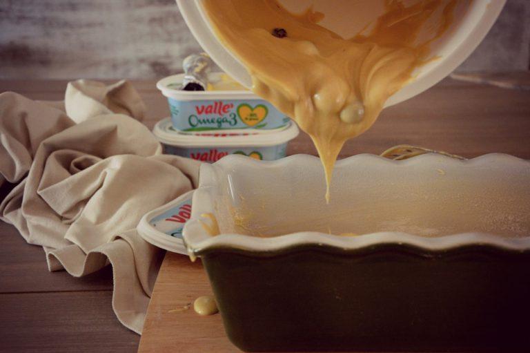 Versate il composto dentro uno stampo da plum cake unto e infarinato  Cuocete in forno caldo a 170 °C per circa 50 minuti o fino a quando inserendo uno stecchino dentro l'impasto questo ne uscirà asciutto. Per la cottura basatevi sulla conoscenza del vostro forno e anche in base allo stampo prescelto.