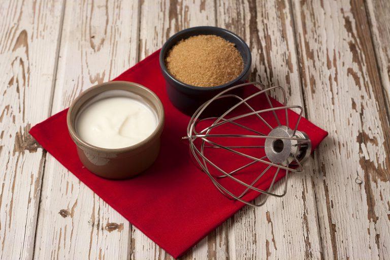 Con le fruste amalgamate perfettamente lo yogurt con lo zucchero e Vallé Omega3, quando avrete ottenuto un composto perfettamente fluido aggiungete poco per volta la farina, le uova e la buccia del limone grattugiata.E' arrivato il momento di mettere un pizzico di sale e lo lievito continuando ad amalgamare con vigore.