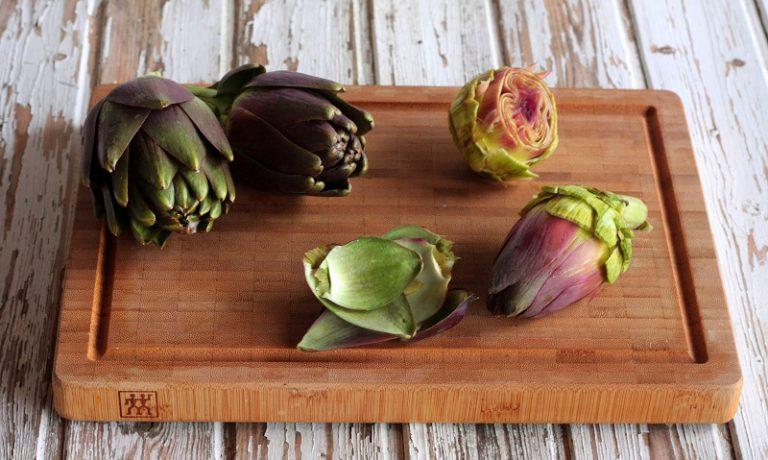 Mondate i carciofi togliendo le foglie esterne e dividendoli in quattro, rosolateli in una padella con 15 g di Vallé Omega3 e bagnateli con il brodo vegetale, lasciate cuocere per 15 minuti, aggiustate di sale .