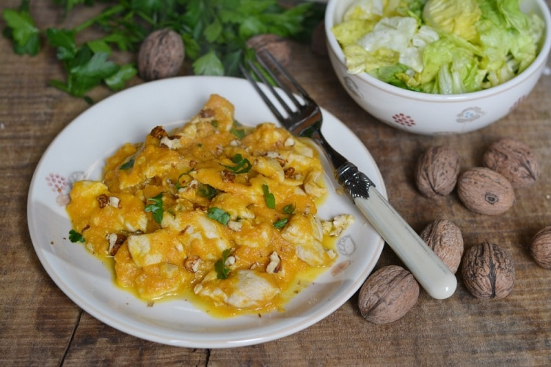 Pollo in salsa di carote e noci